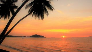 サムイ島の鮮明な夕暮れ マジックアワーに包まれる