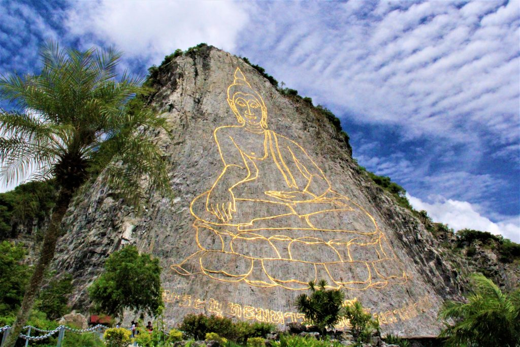 パタヤ 観光 おすすめ 迫力 超穴場 タイ 寺院 サンクチュアリ・オブ・トゥルース(Sanctuary of Truth)  パタヤ フローティング・マーケット」(Pattaya Floating Market  ワット・プラヤイ(Wat Phra Yai) ワット・カオ・プラ・バート(Wat Khao Pra Bat) ワット・ヤンサンワララーム(Wat Yansangwara Ram)  ワット カオシーチャン(Wat Khao Chi Chan)