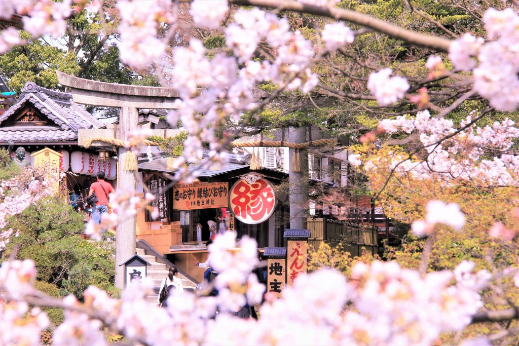 恋愛 最強 強力 パワースポット 京都 清水寺 地主神社 恋占いの石 お守り 効果 見どころ